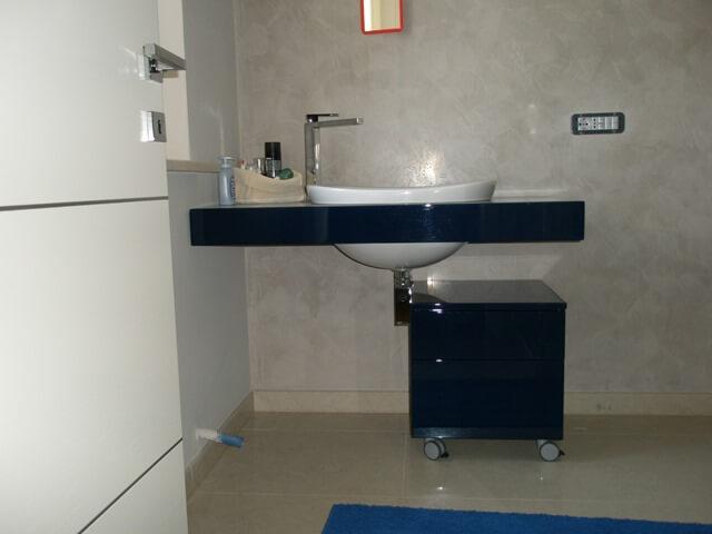 mobile bagno laccato blu