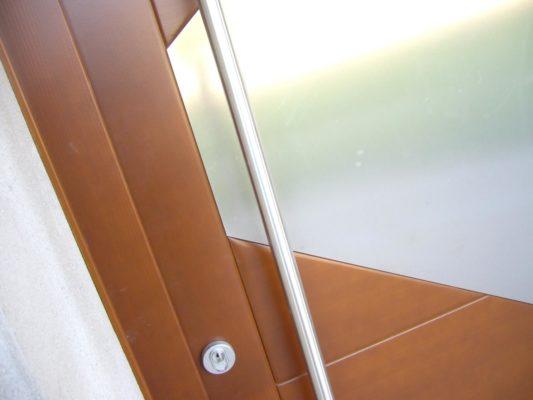 fascia inox su portone legno