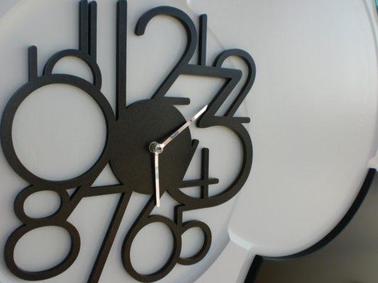 orologio su portone d'ingresso