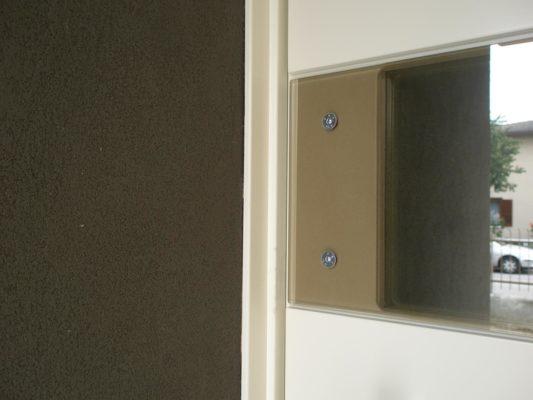 fascia in vetro su portone in legno