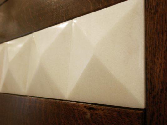 punte di diamante in marmo su portone in legno